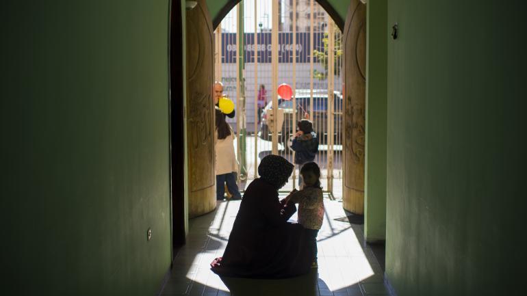 Hatice Yesilyurt acomoda la ropa de su hija el día de Eid al-fitr, que significa día del rompimiento del ayuno.
