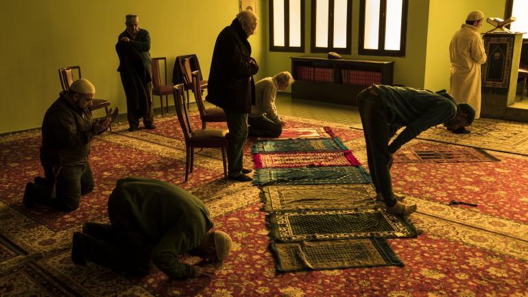 Musulmanes en el momento de la oración por la tarde en la mezquita de barrio Cofico.