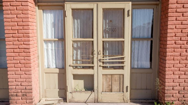 Abandono. La puerta del hotel 1, que pasará a la Provincia. Es uno de los cuatro fuera de uso y en avanzado estado de deterioro. (La Voz / Archivo)