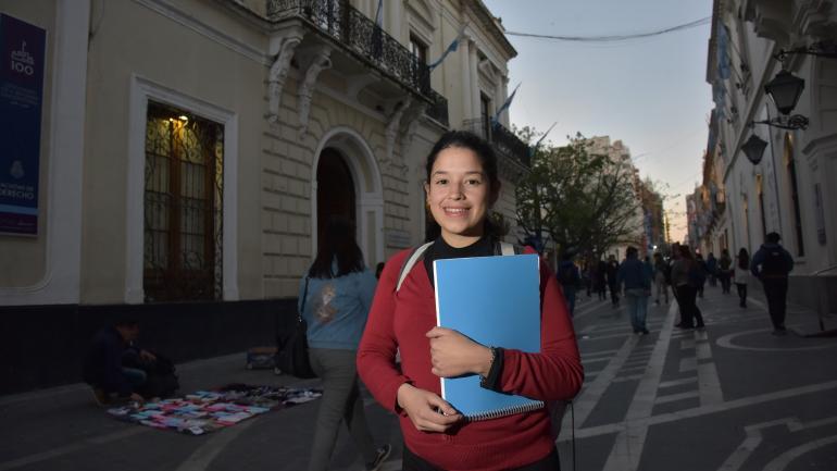 En la facultad. Yohana está siguiendo su vocación: estudia abogacía. Siempre quiso saber de leyes para poder proteger a mujeres como su mamá, víctima de una mala praxis. (Facundo Luque)