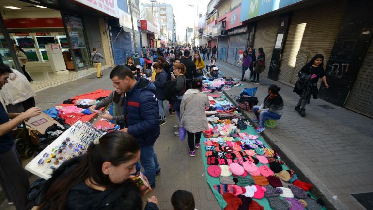 A las 15.01. Apenas se fueron los inspectores municipales, los manteros ocuparon las calles. (José Hernández)