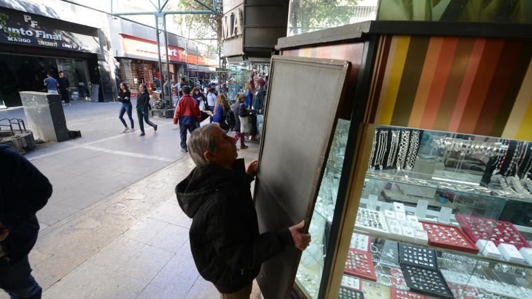 En punto. En las galerías no tuvo mucho eco la extensión horaria. Los comercios cerraron a las 14. (José Hernández)