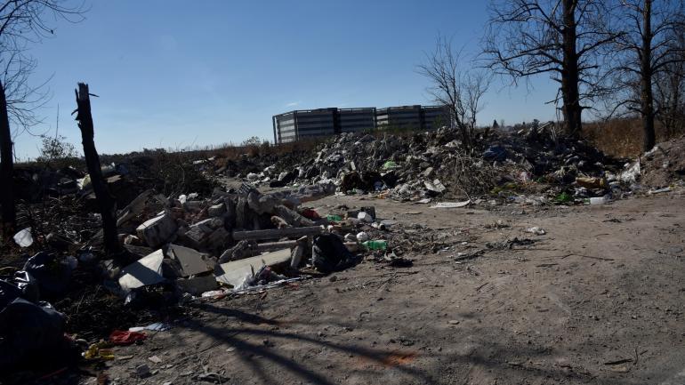 Frente al aeropuerto. Otro depósito ilegal de escombros en la ciudad.