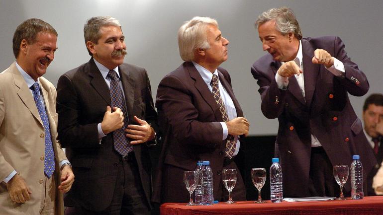 Año 2006. Schiaretti, Aníbal Fernández, De la Sota y Néstor Kirchner, cuando los dos dirigentes peronistas cordobeses tenían relación con el kirchnerismo. Ese vínculo se rompió en el conflicto con el campo. (La Voz / Archivo)