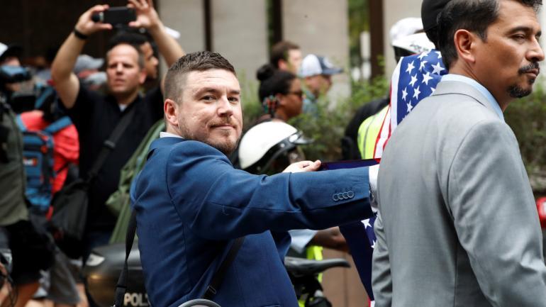 Derecha unida. El nacionalista ario Jason Kessler desfiló ayer frente a la Casa Blanca, rodeado por gente que lo silbaba. (AP)