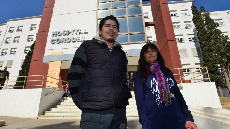 Pacientes. Jorge Daniel Almarante y María Eugenia Guzmán, en el hospital Córdoba. (Nicolás Bravo)
