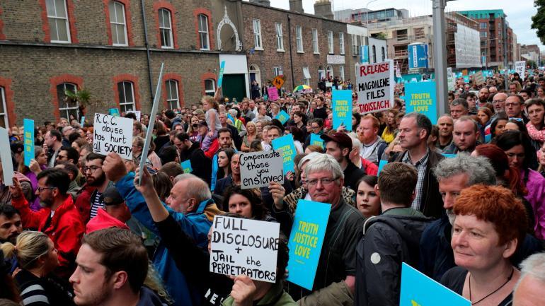 Reclamo. Cientos de personas protestaron contra los abusos sexuales, ayer Dublín.
