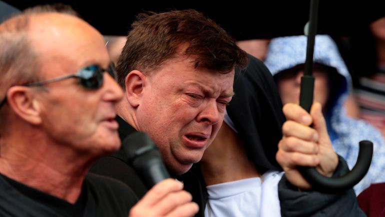 Conmoción. William Gorry, abusado de niño, lloraba ayer al unirse con otros manifestantes.