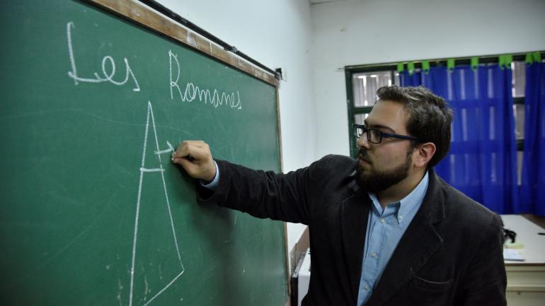 Le profe. Germán López habla y escribe la lección sobre el Imperio Romano en inclusivo. (Pedro Castillo)