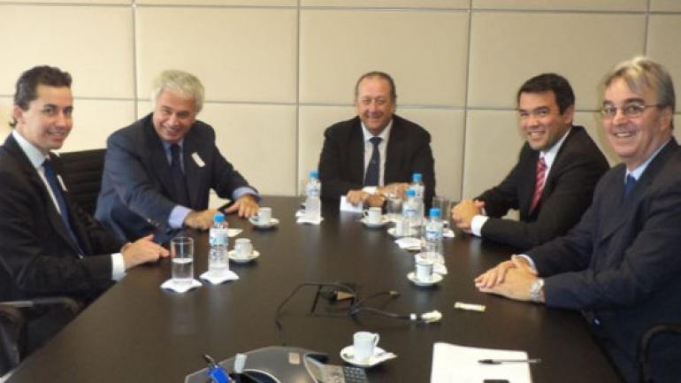 El gobernador De la Sota durante una reunión en Brasil con directivos de Andrade Gutierrez.
