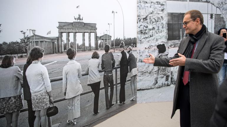 El alcalde de Berlín, Michael Müller (SPD), observa unas fotografías históricas del Muro de Berlín. (DPA)