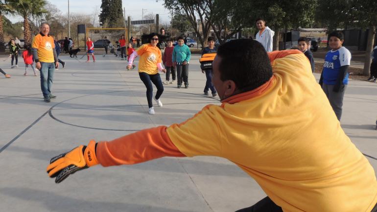 La intendenta Silvina González jugando al fútbol con vecinos (Municipalidad de Malvinas Argentinas)