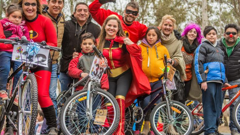 Equipo de gobierno en la entrega de bicicletas - Municipalidad Estación Juárez Celman