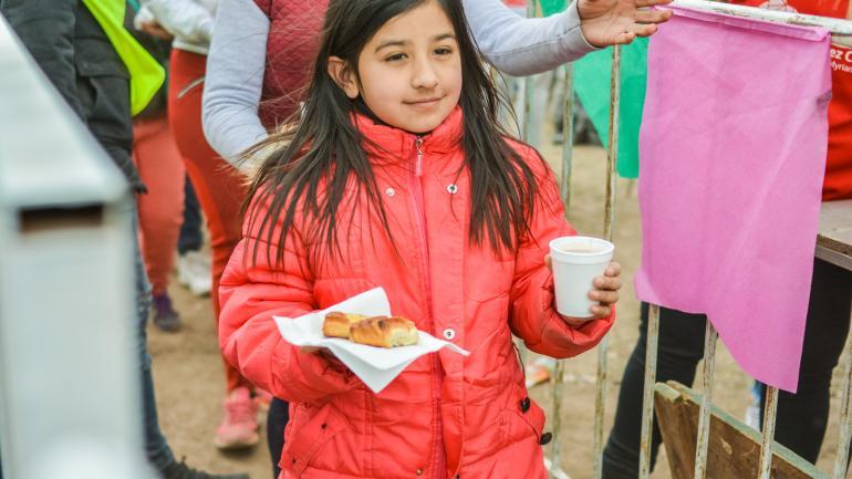Niños recibieron la merienda en la fiesta del Día del Niño - Municipalidad Estación Juárez Celman