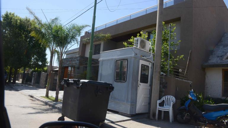 Bien custodiado. El domicilio de Saillén en barrio Ayacucho tiene guardia permanente y un contenedor en la puerta. (José Hernández)