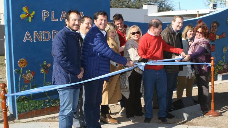 Autoridades municipales, vecinos y familiares de Andresito en la inauguración de la nueva plaza (Municipalidad de Arroyito)