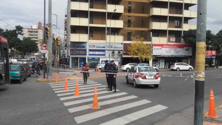 CORTES DE TRÁNSITO. La Policía de Córdoba montó varios puestos de control en las inmediaciones de la sede central de Epec (La Voz).