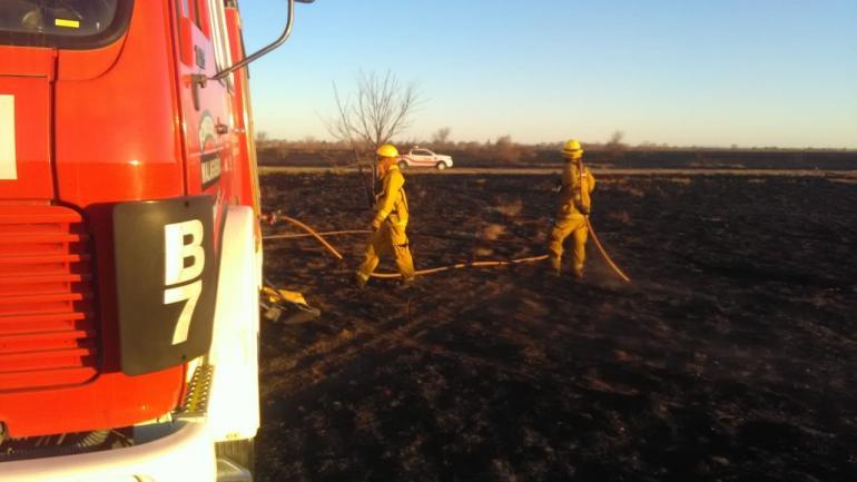 ESCUELA DE AVIACIÓN. Otro foco de incendio afecta la zona de la Escuela de Aviación donde se realiza una guardia de cenizas.