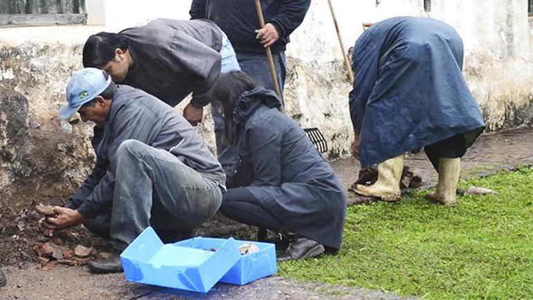 Rescate de materiales recuperables que componen la cubierta. (Agencia Córdoba Cultura)