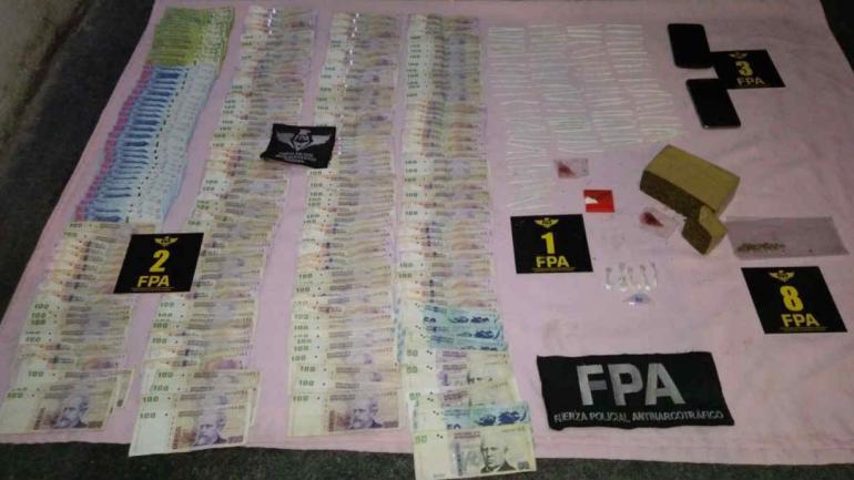 La FPA secuestró drogas y dinero en efectivo (Fuerza Policial Antinarcotráfico).