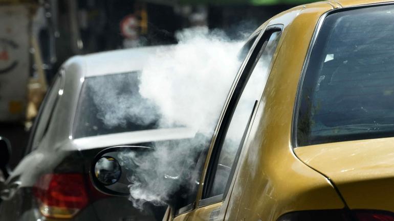 La regulación no es clara. El derecreto que reglamenta la ley nacional que impide fumar en lugares cerrados incluye el cigarrillo electrónico , pero la norma municipal no. (Raimundo Viñuelas)