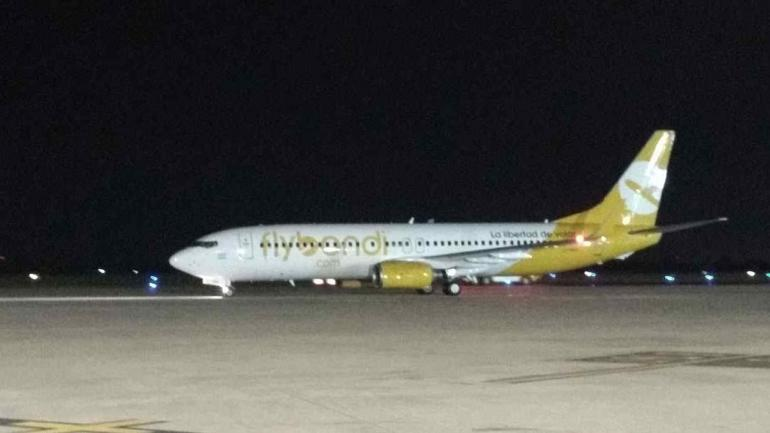 FLYBONDI. Arribó el primer avión al país (Foto Gastón Llubrán).
