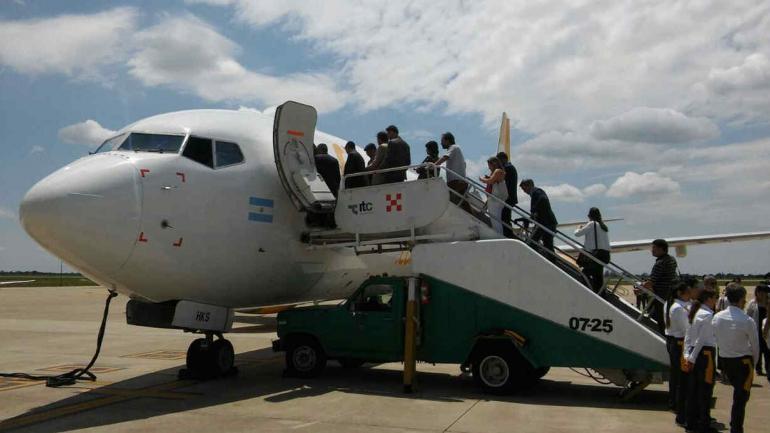Presentación. Directivos de Flybondi y funcionarios provinciales, con el primer avión en el aeropuerto Córdoba. (Nicolás Bravo).