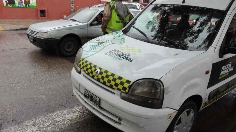 FOTOGRAFIADA. Agú sacó fotos de la camioneta de la Municipalidad con el inspector dentro (Gentileza Estudio Nayi).