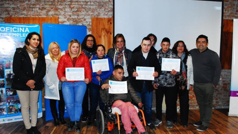 Autoridades, participantes y tutores del Programa Promover (Municipalidad Estación Juárez Celman)