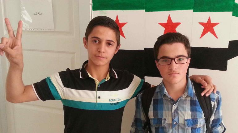 Amigos de la escuela. En la guerra, Mohamed perdió a su familia; e Isha, a su padre (LaVoz)