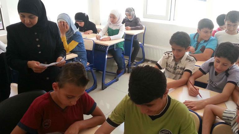 Víctimas y sobrevivientes. Chicos sirios huérfanos aprenden en una escuela de Gaziantep; muchos arrastran el dolor de haber visto morir a sus familias (LaVoz)