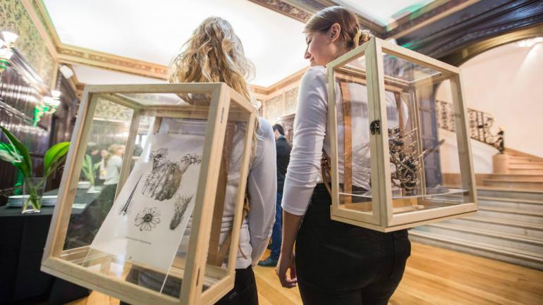 Gabriela Acha generó un espacio expositivo móvil a través de mochilas-vitrinas.