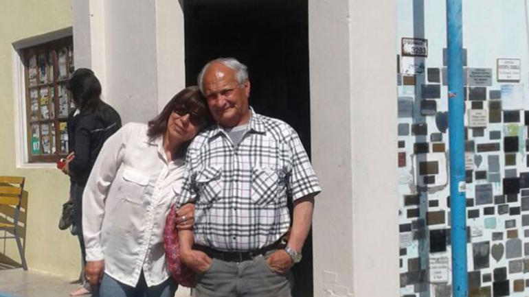 VALLECITO. Graciela junto a su esposo en el santuario de la virgencita del desierto (Gentileza Graciela Villada).