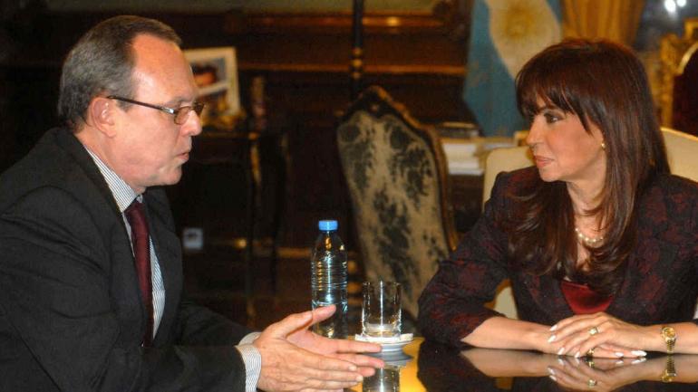 JUNTOS. Frank La Rue con la expresidenta Cristina Fernández en una foto de archivo.