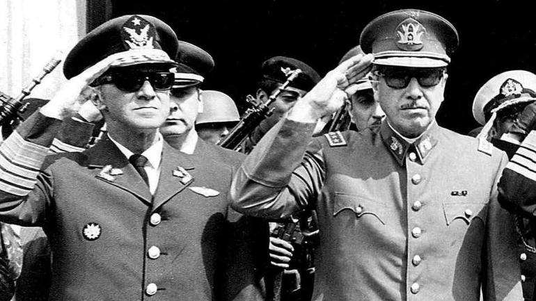 GUSTAVO LEIGHT. (Izquierda) junto a Pinochet (derecha). (AP / Archivo).