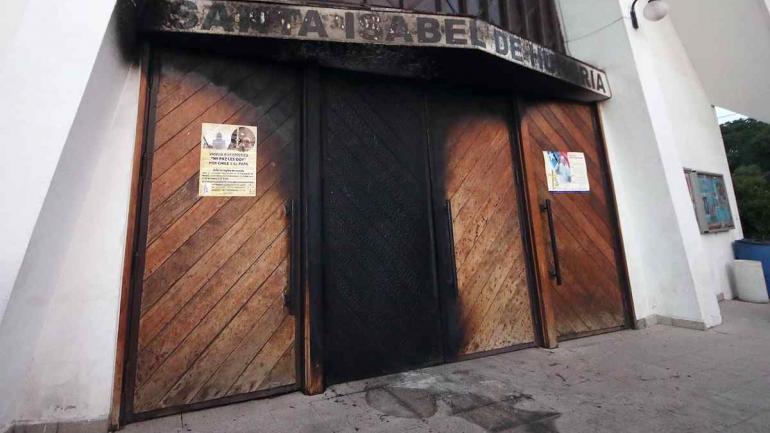 ATAQUES EN CHILE. La agencia DPA tomó imágenes de los daños en las iglesias.
