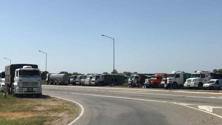 Camioneros autoconvocados en el acceso a Obispo Trejo, reclamando mejores tarifas.