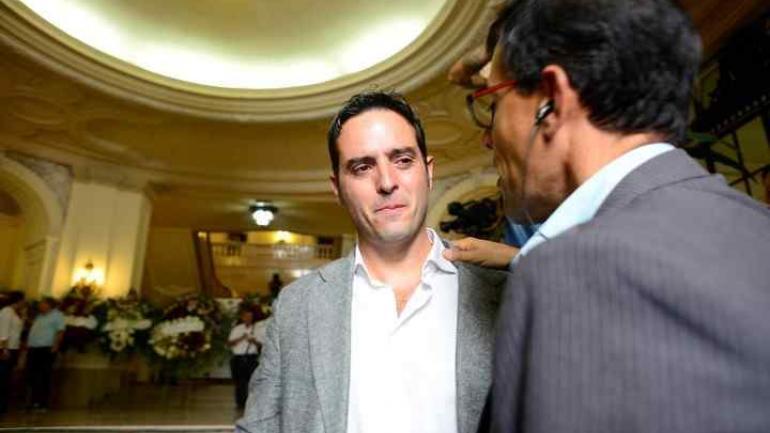 Ignacio González Prieto y Marcos Barroca, periodistas de TN, en el velatorio de Debora Pérez Volpin. (Clarin)
