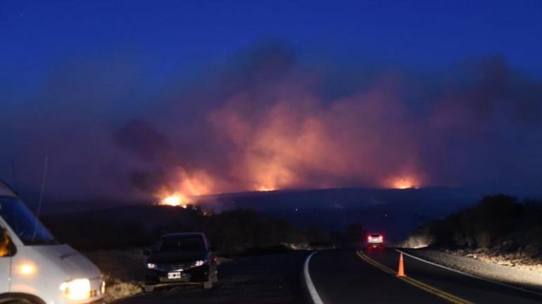 Así se veía el resplandor del incendio el viernes a la noche (Carlos Romero / La Voz).