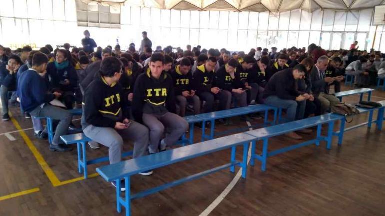 Los chicos siguieron el acto desde sus propios teléfonos móviles.