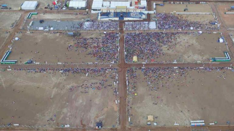 Una concurrencia mucho menor a la esperada acompañó el paso del pontífice por la playa de Iquique: fueron 30 mil personas, y la Iglesia había hecho preparativos para 200 mil.