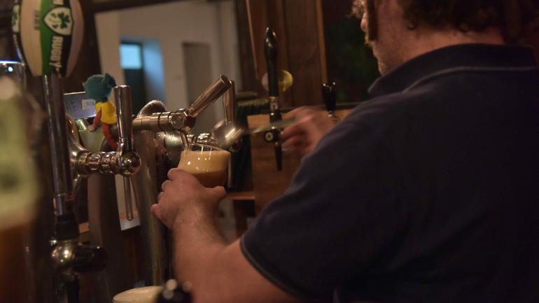 """""""Irish"""" bar. Para Trevor, en un auténtico bar irlandés, el cantinero tiene que saber el nombre de sus clientes y qué les gusta tomar. (Javier Ferreyra)"""