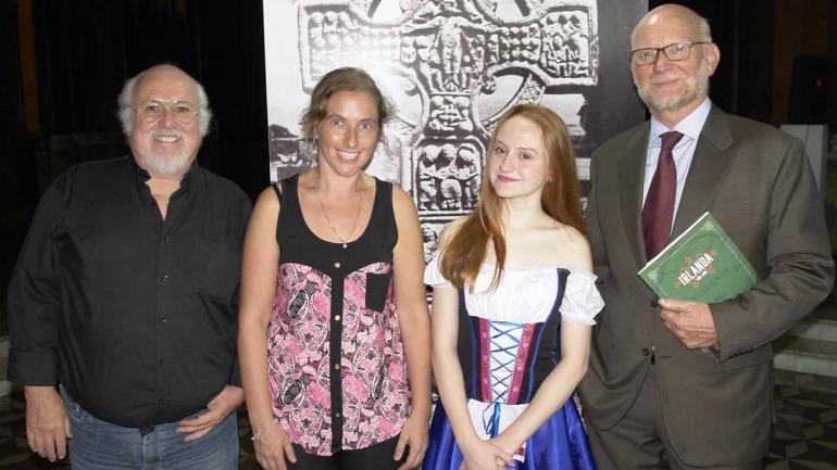 Con Harman. El presidente de la Asociación Civil de Irlandeses, Horacio Pringles; la vicepresidenta, Valeria Mc Lucas; y la asociada Catalina Kehoe.