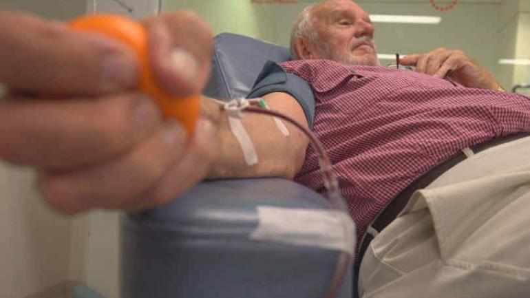 """James Harrison. Salvó la vida de millones de bebés gracias a sus donaciones de su """"sangre mágica"""". (New York Times)"""