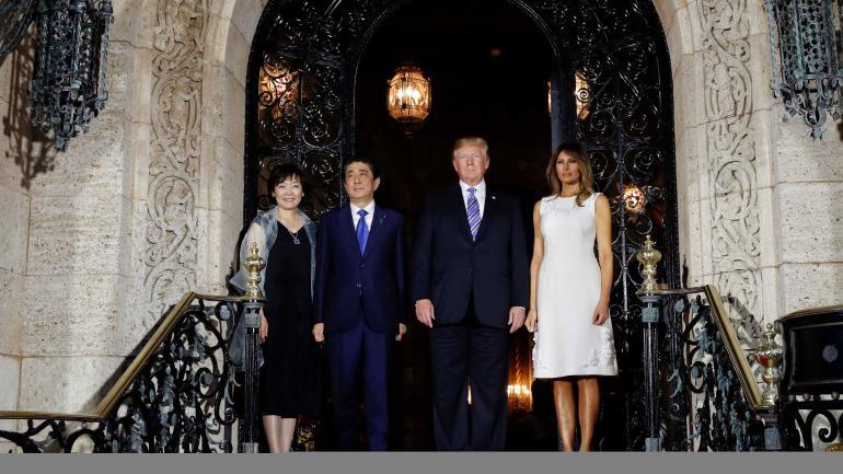 El presidente Donald Trump y la primera dama Melania Trump reciben al primer ministro japonés Shinzo Abe y su esposa Akie Abe para cenar en el club Mar-a-Lago privado de Trump el miércoles 18 de abril de 2018 en Palm Beach, Florida. (AP)