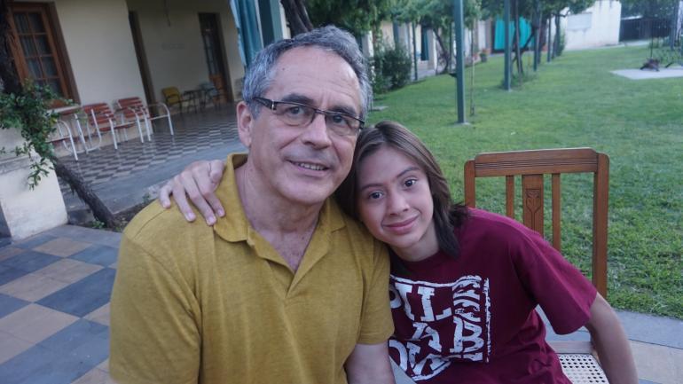 SOY TU FAN. Joaquín imita y admira a José Luis Serrano, quien interpreta a Doña Jovita (La Voz/Archivo).