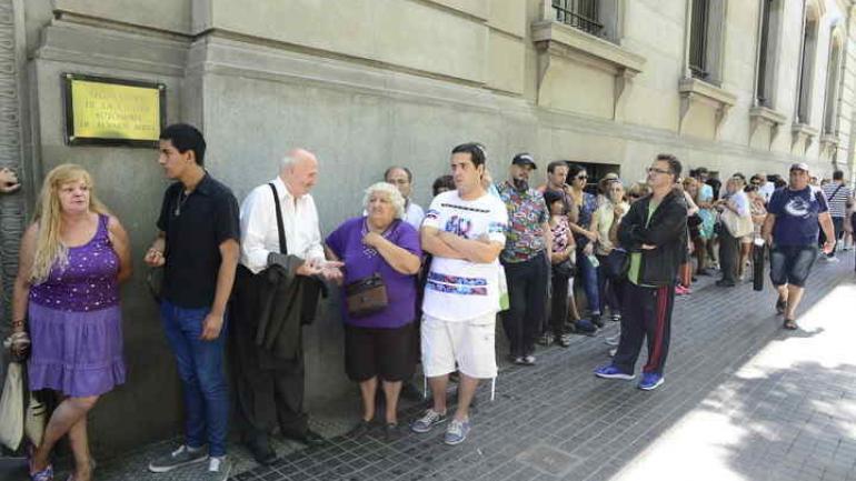 COLA. Cientos de personas se acercaron para darle el último adiós a la periodista. (Clarin)