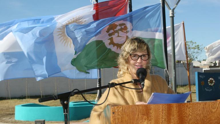 La mamá de Andresito Gil agradeció al intendente Cravero durante el emotivo acto (Municipalidad de Arroyito)