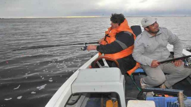PIQUE DE SUEÑO. Los pescadores esperan que el pique sea lo que era (La Voz / Archivo).