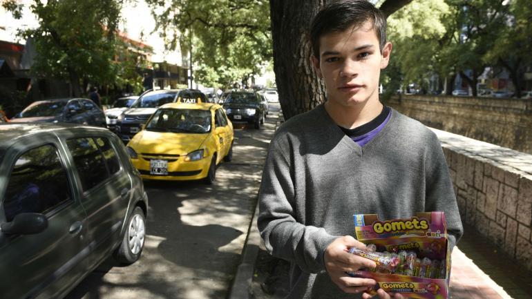 Venta. Los fines de semana, Leandro vende turrones sobre La Cañada para ayudar a su familia. (Ramiro Pereyra)
